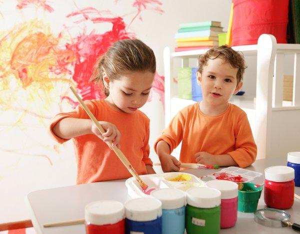 Otroci ustvarjajo v vrtcu