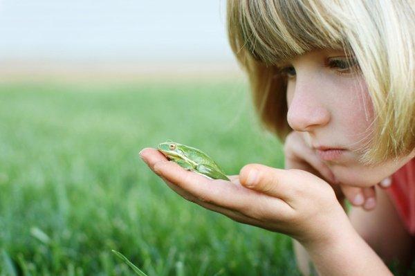 Deklica z žabico v roki