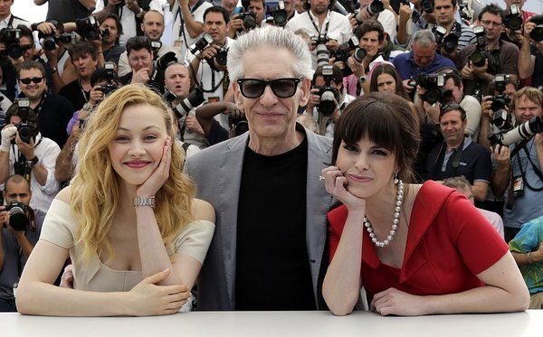 David Cronenberg z igralkama Sarah Gadon (L) in Emily Hampshire (D)