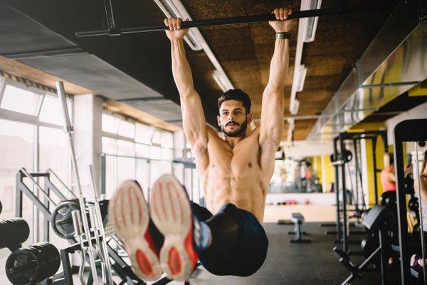 moški z izklesanimi trebušnimi mišicami