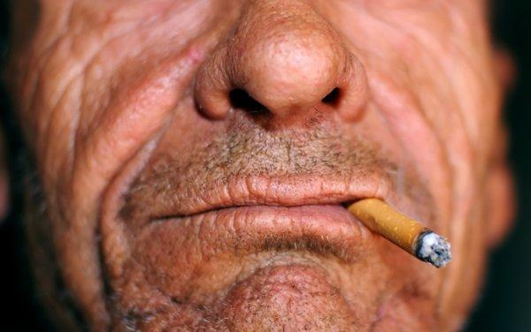 moški s cigareto v ustih