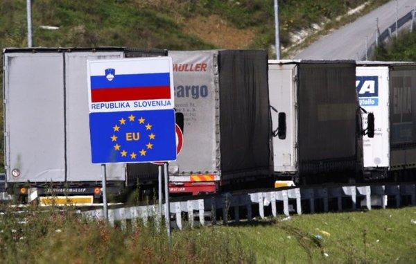 Kolona tovornjakov na meji