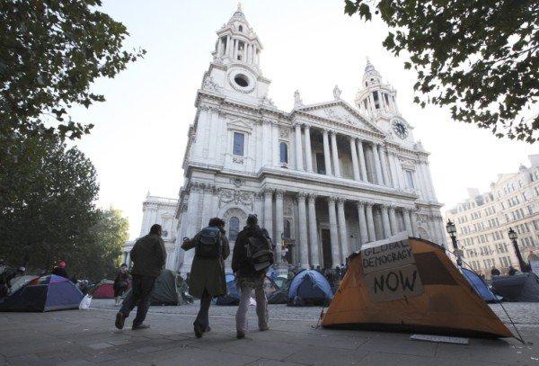 Protestniki šotorijo pred katedralo Sv. Pavla v Londonu - 2