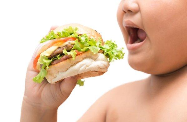 otrok in hamburger