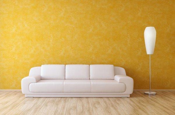 Bela zofa in rumena stena
