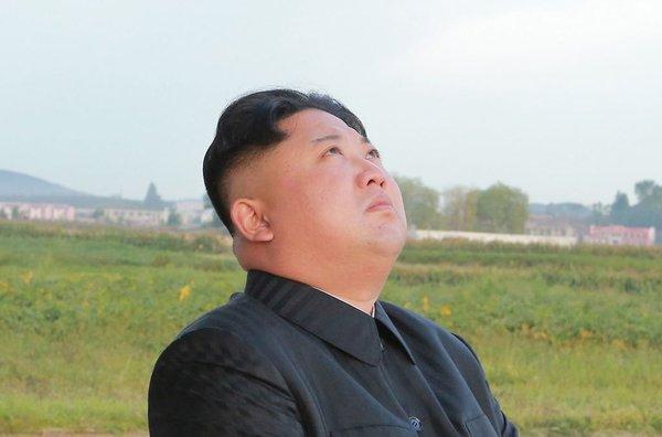 Kim Džong Un gleda v nebo