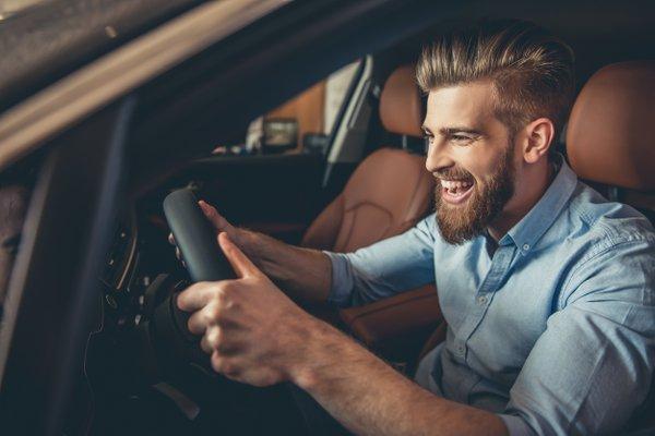 srečen moški za volanom