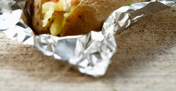 V foliji pečen krompir s hrustljavo panceto
