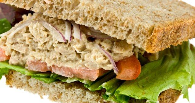 Sendvič s tuno in rženim kruhom