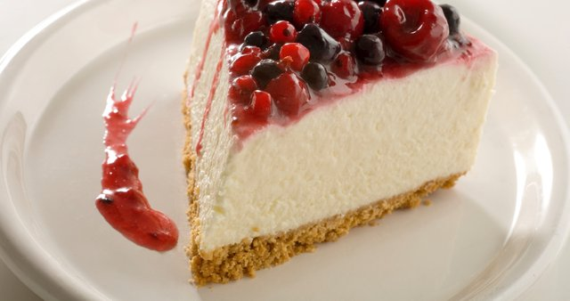 Skutna torta z jagodičjem