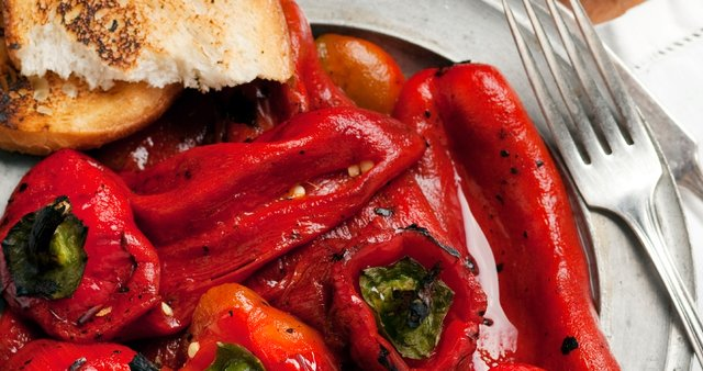 Pečene rdeče paprike v solati
