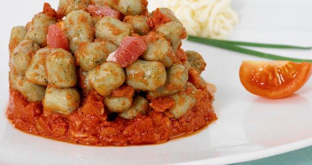 Krompirjevi njoki v zelenjavni omaki