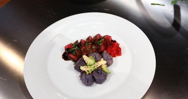Srnin hrbet s pečenim pirejem in kavno omako
