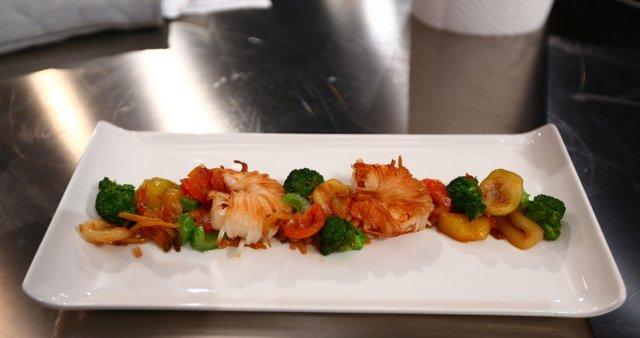 Škampi v popraženih riževih rezancih s pečeno zelenjavo