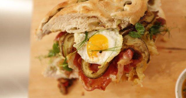 Sendvič s čatnijem, pečeno panceto in zelenjavo ter prepeličjim jajcem