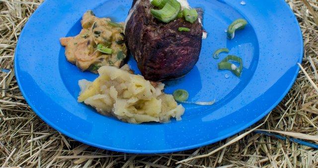 Steak s pikantno omako, zelenjavno in sadno prilogo