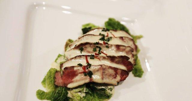 Oslovo meso z ohrovtom in sirno omako