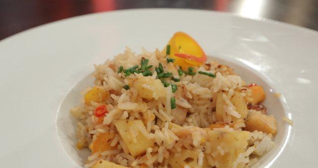 Sladko-pekoča morska rižota s sadjem