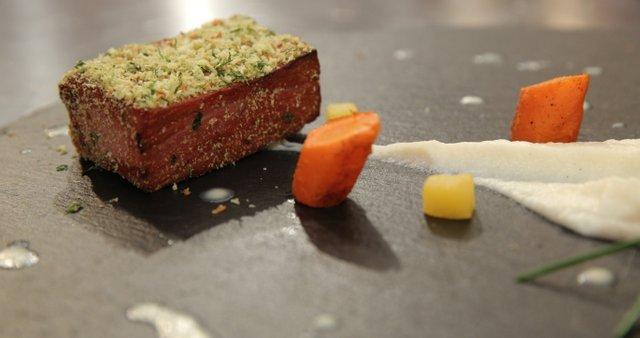 Popečena šunka z zeliščnimi drobtinicami, smetanova omaka s hrenom, pire gomoljne zelene
