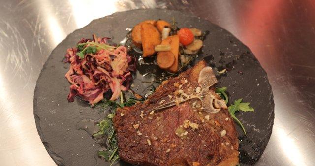 T-bone steak s pečenim sladkim krompirjem in zeljno solato