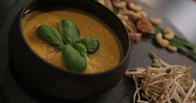 Juha iz sladkega krompirja, ingverja in indijskih oreščkov