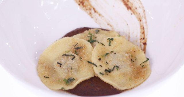 Polnjene testenine s krompirjevo-slivovim nadevom in slivovo omako