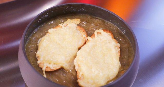Čebulna juha s sirovim krutonom