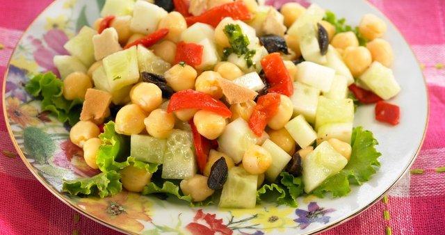 Solata iz čičerike, kumare, oliv in paprike