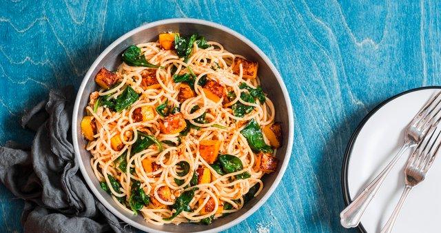 Špageti s pečeno bučo, špinačo in orehi
