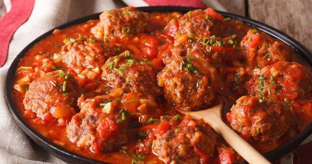 Španske mesne kroglice v začinjeni paradižnikovi omaki