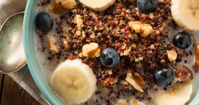 Kvinoja z mlekom, orešči in sadjem