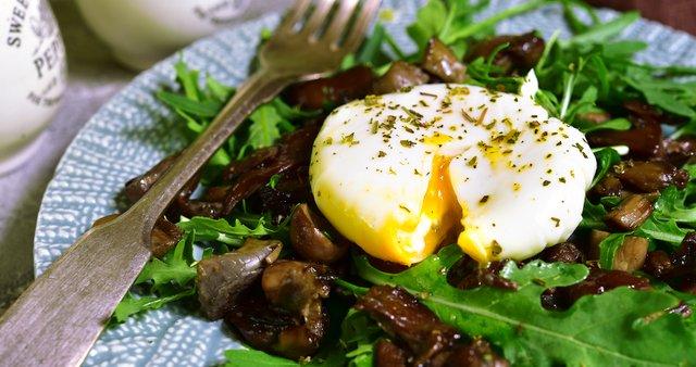 Topla solata z gobami, poširanim jajcem in rukolo