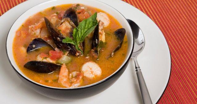 juha, ribe, školjke, Francija, kozice, tradicionalno, paradižnik, začimbe, zelišča, belo vino, jušna skodelica, francosko