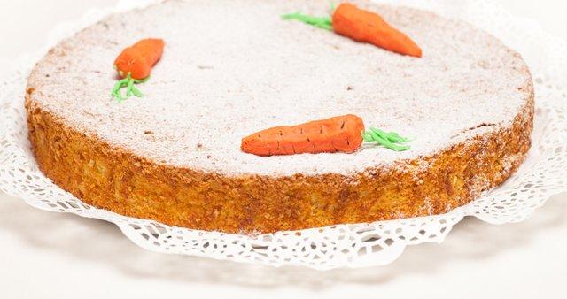 Korenčkova torta s pinjolami