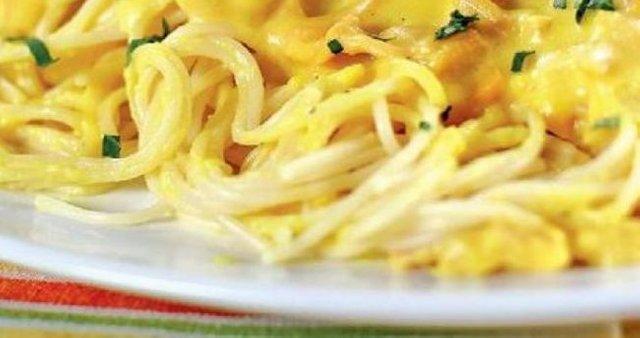 Špageti z belo omako
