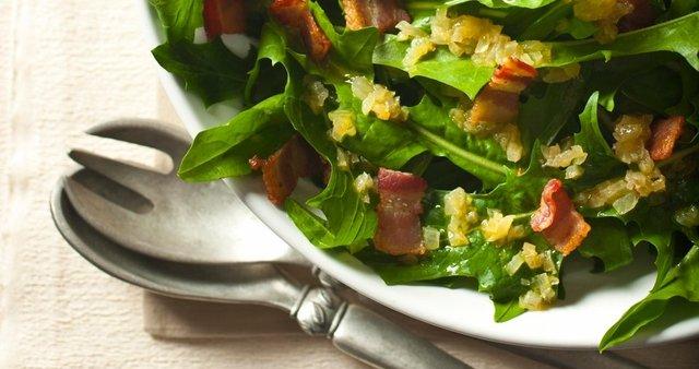 Regratova solata s panceto in vinaigretskim prelivom