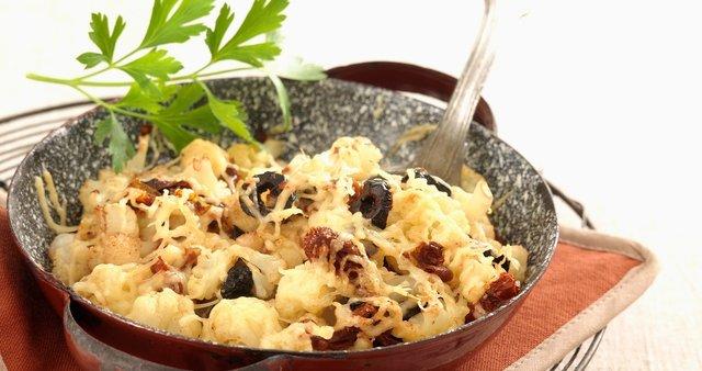 Pečena cvetača z olivami in sirom