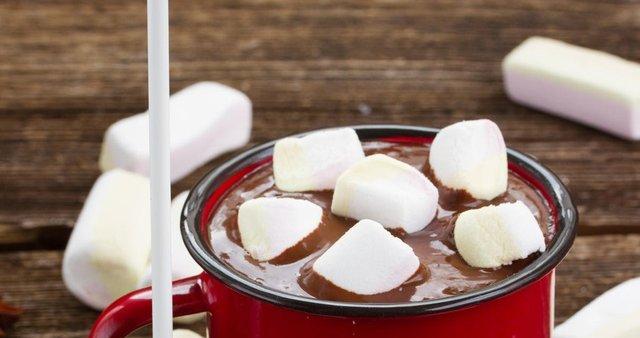 Vroča čokolada s sladkornimi penicami