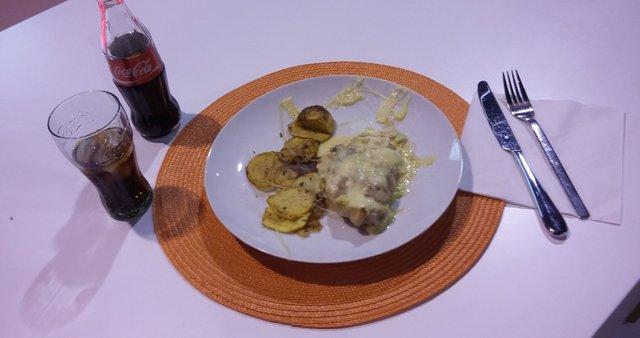 Vratovina s česnom, sirom in kislo smetano ter krompirjevim čipsom