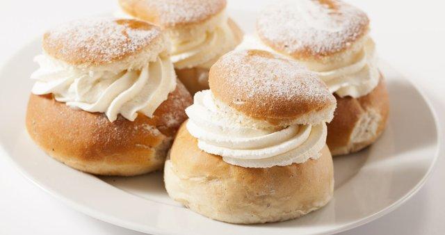 Švedski kolački z mandljevim nadevom in smetano