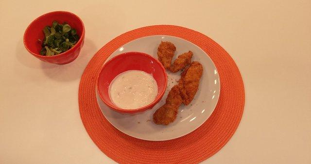 Ocvrte piščančje palčke s hladno česnovo omako