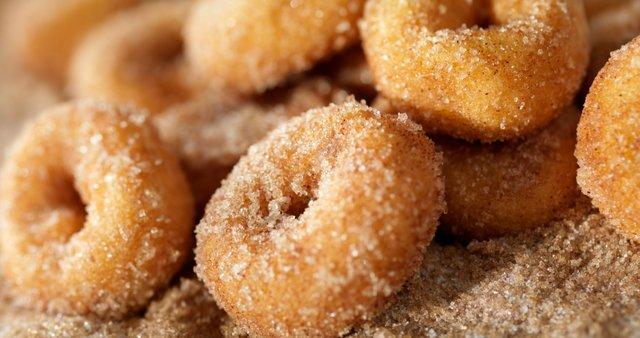 Krofki s sladkorjem in cimetom