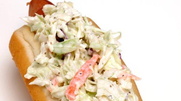 Hot dog z zeljno solato