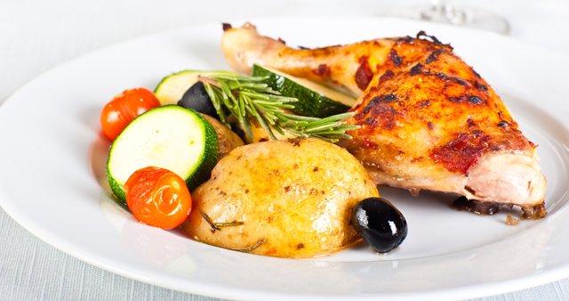 Pečen piščanec z rožmarinom in zelenjavno prilogo