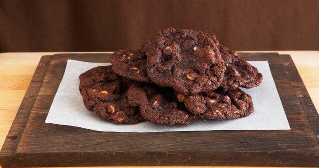 Čokoladni piškoti z arašidovim maslom in pekan orehi