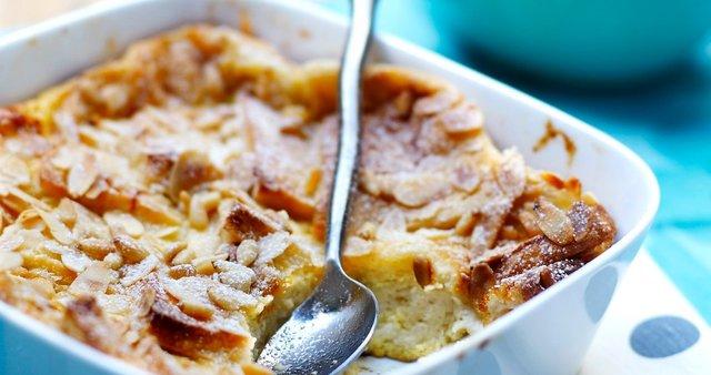 Jabolčni narastek z mandlji