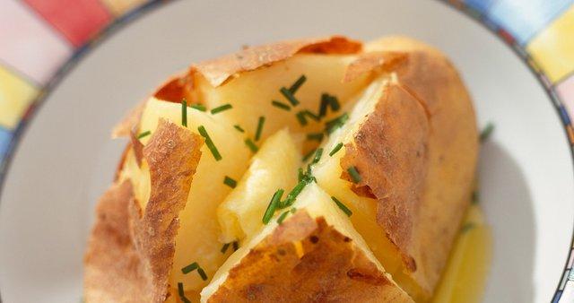 V olupku pečen krompir z maslom