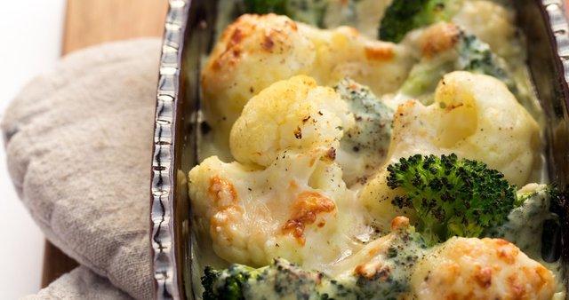 Zapečena cvetača in brokoli v sirovi omaki