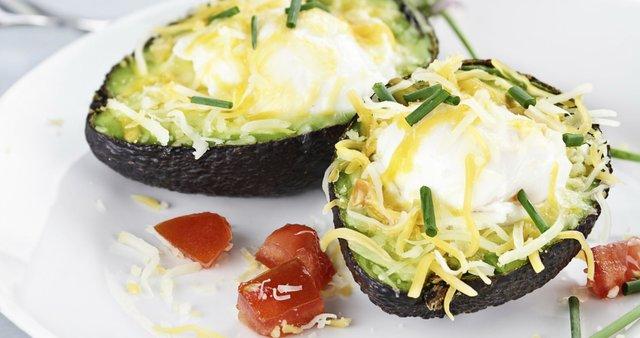 Pečen avokado z jajcem in sirom