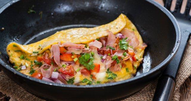 Jajčna omleta s sirom, pršutom in zelenjavo
